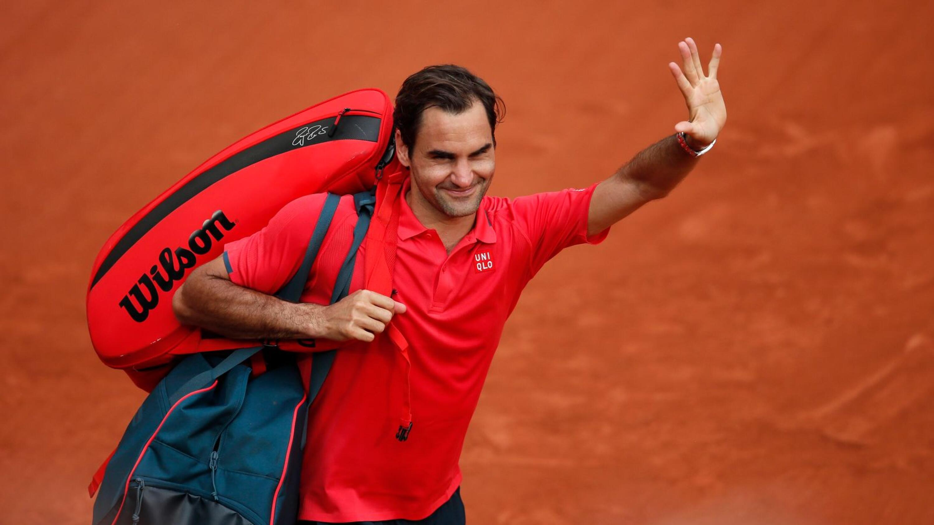 Switzerland's Roger Federer leaves the court after winning his French Open second round match against Croatia's Marin Cilic