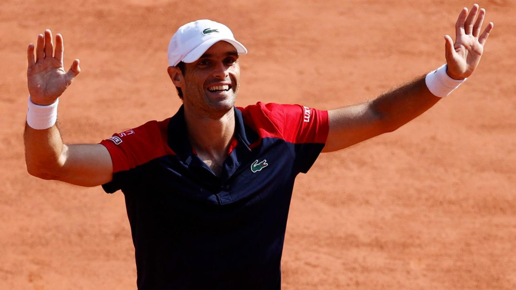 Spain's Pablo Andujar celebrates after winning his French Open first round match against Austria's Dominic Thiem